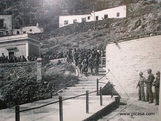 Ustica, militari italiani in attesa imbarco nave inglese