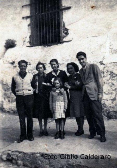 Bambina, una foto con gli insegnanti