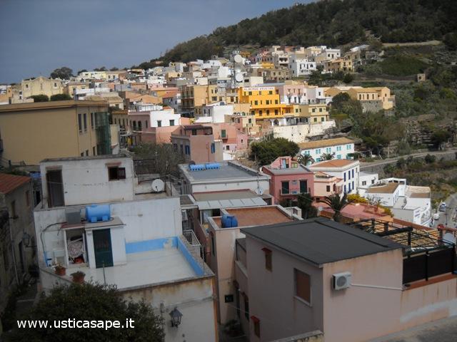 Ustica, paese visto dalla rotonda