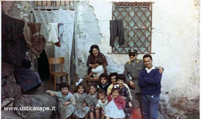 Ustica angolo di via Pennina, foto ricordo con bambini