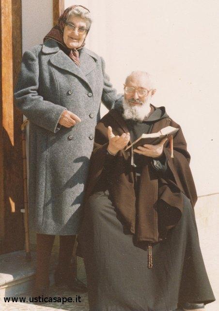 Ustica, Padre Carmelo legge un passo del Vangelo