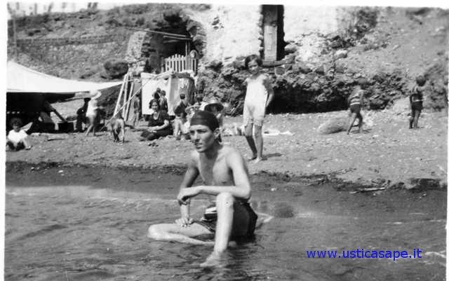 Ustica, bagnanti nella spiaggetta di Cala Santa Maria