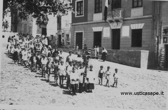 Ustica, processione e vecchio comune con bandiera