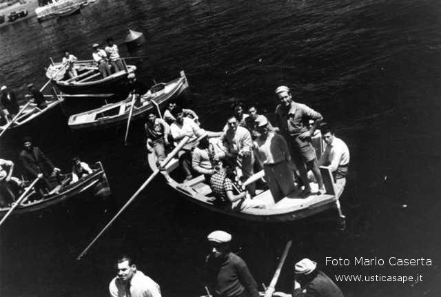 Ustica, imbarco con le barche con nave in rada