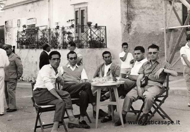 Ustica, un bicchiere di birra in piazza tra amici