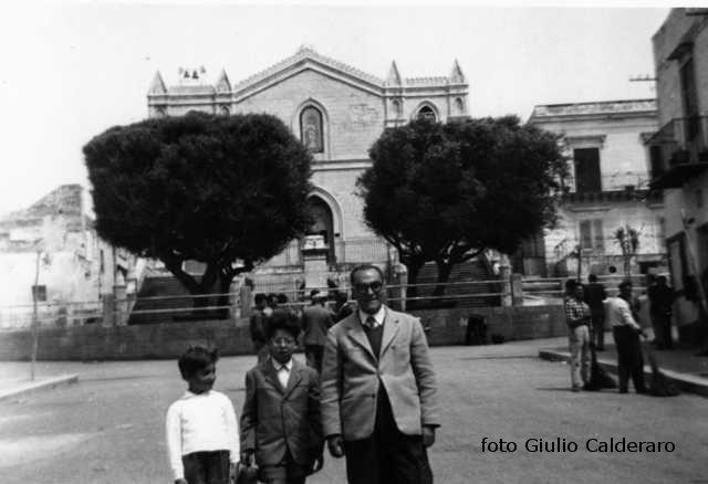 Ustica, piazza e chiesa