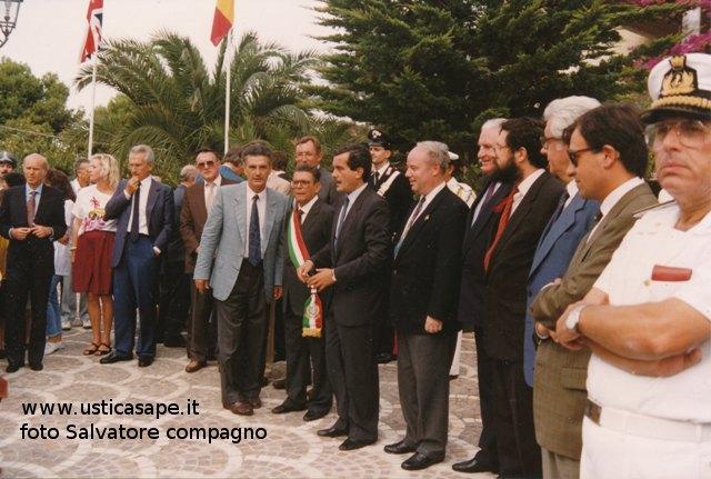 Il  ministro Vizzini in visita ad Ustica