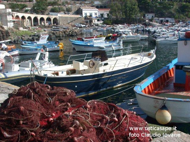 Ustica, barche e reti a Cala Santa Maria