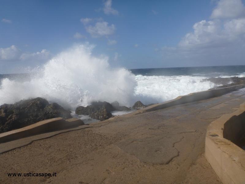 Mare molto mosso,  molo - solarium Punta Spalmatore