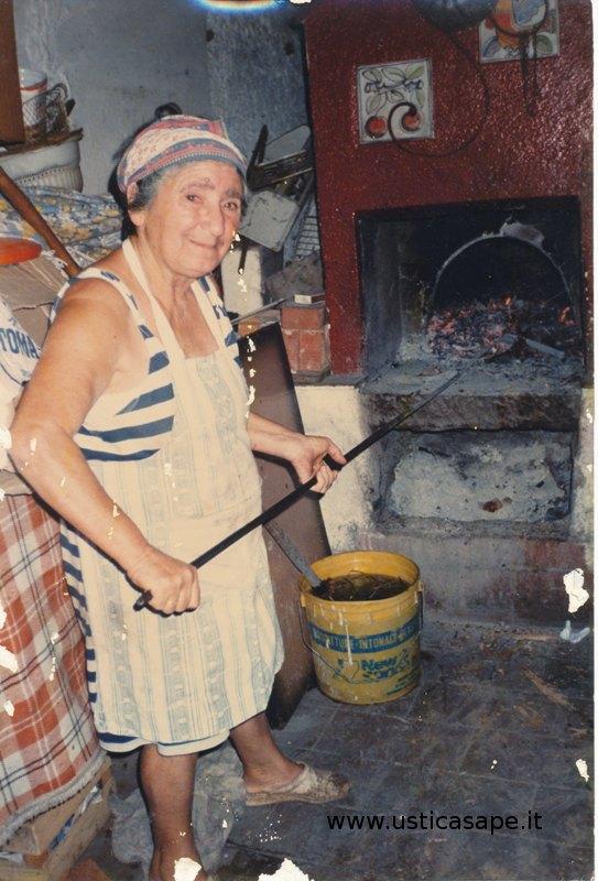 Maria Favarolo Taranto prepara il forno per il pane