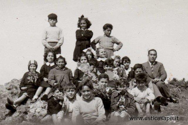 Ustica, lezione all'aperto con l'insegnante Egidio Licciardi