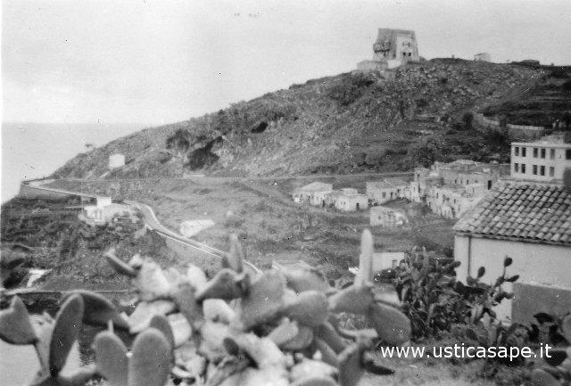 Ustica, zona rotonda con vista torre Santa Maria