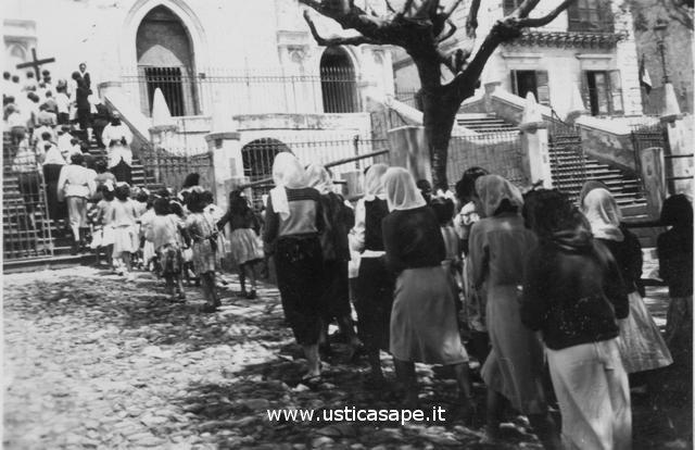 Ustica processione, da notare tutte le donne con il velo in testa