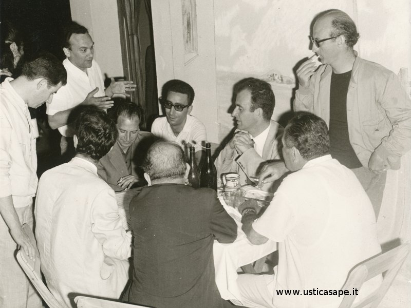 Sindaco di Ustica impegnato in una cena di lavoro