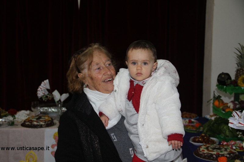 Ustica tavola di San Giuseppe - nonna e nipotina
