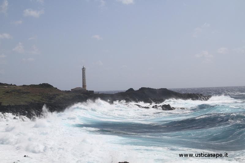 Ustica Faro Punta Cavazzi, mare agitato