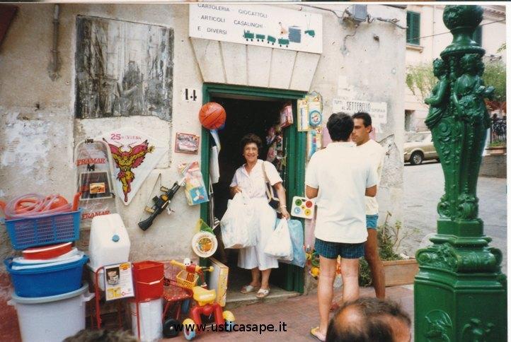 Ustica, piccolo negozio dove trovavi di tutto da Orsola Giuffria