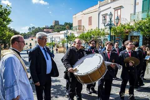 Ustica, Banda, intervista, parroco