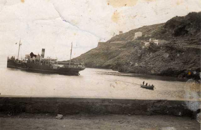Ustica Cala Santa Maria. vecchio vapore in rada