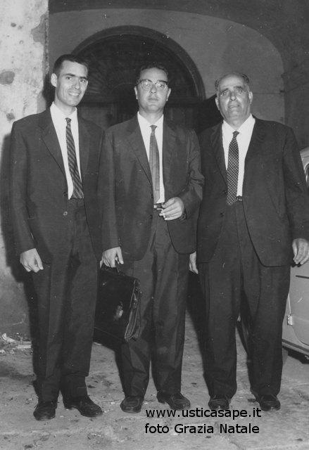 Funzionario (al centro) con due amministratori in visita ispettiva