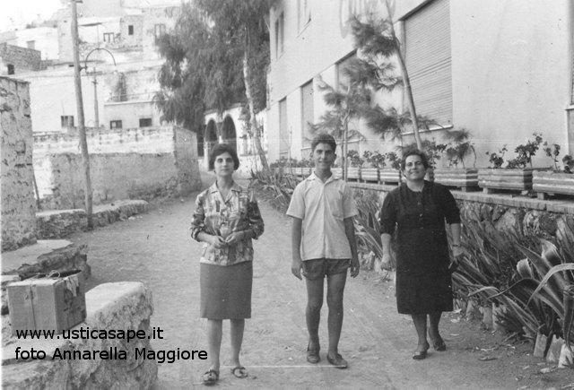 Mamma con figli, una passeggiata verso la mezzaluna