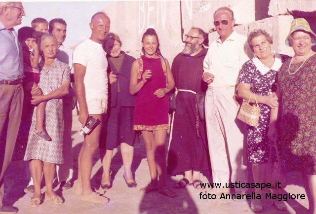 Ustica, una foto ricordo con Padre Carmelo