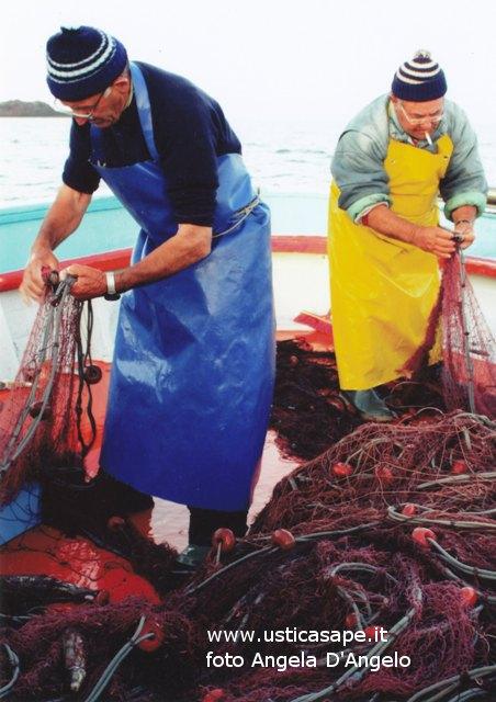 Ustica, pescatori impegnati a smagliare i pesci dalle reti
