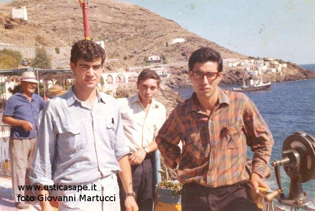 Ustica, Foto ricordo con sfondo porto