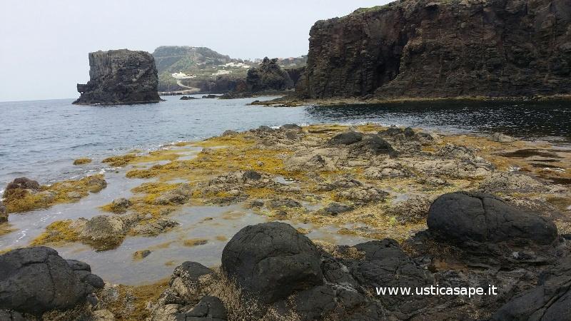 Ustica faraglioni con bassa marea