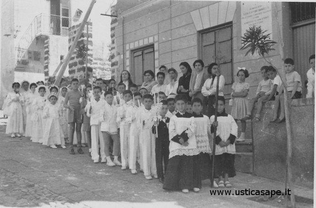 Ustica, Ragazzi della Prima comunione in processione