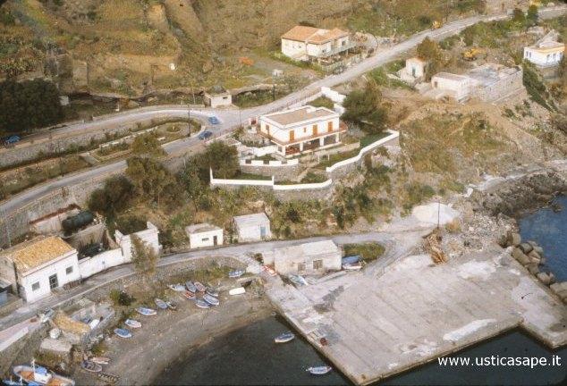 Ustica, Banchina Barrese vista dall'alto 02- 1983