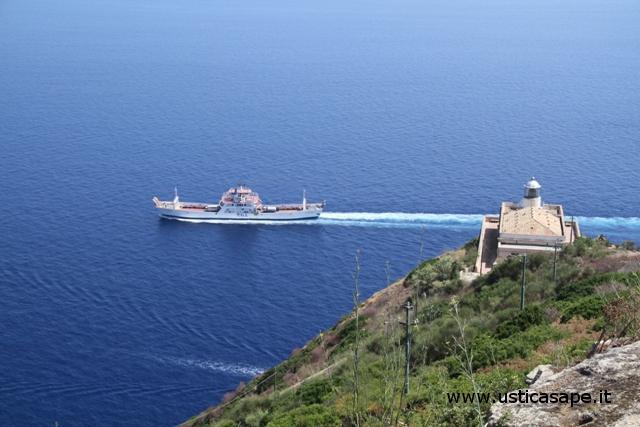 Ustica, Faro con traghettino
