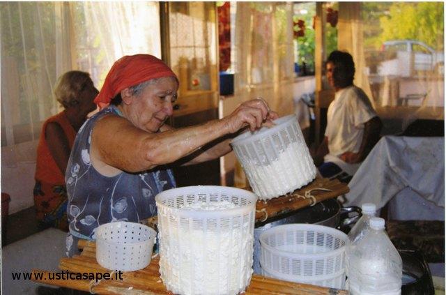 La signora Maria Favarolo Taranto prepara il formaggio fresco