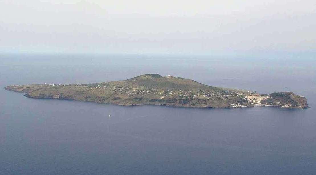 Ustica vista dall'alto arrivando da Palermo