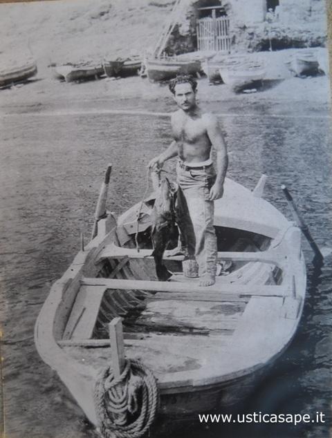 "Ustica, Salvatore Russo dal suo  ""vuzzareddu"" mostra una bella cernia"