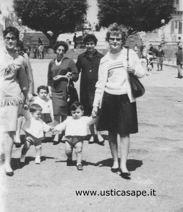 Ustica, passeggiata in piazza con i figli