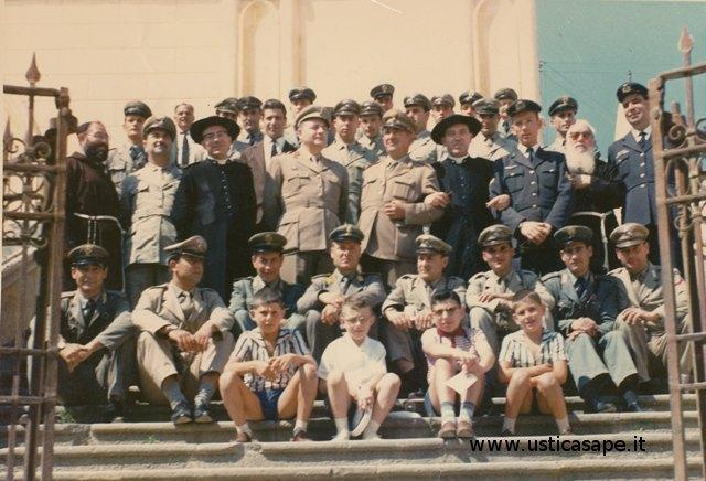 Ustica, foto ricordo con il cappellano militare