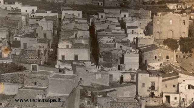 Ustica, particolare paese con chiesa
