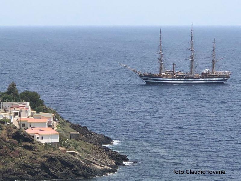 Oggi , l'inchino dell'Amerigo Vespucci ad Ustica, è la nave più bella del mondo.