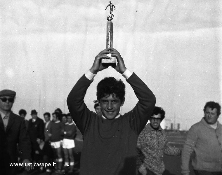 Ustica, giocatore mostra il trofeo della vittoria