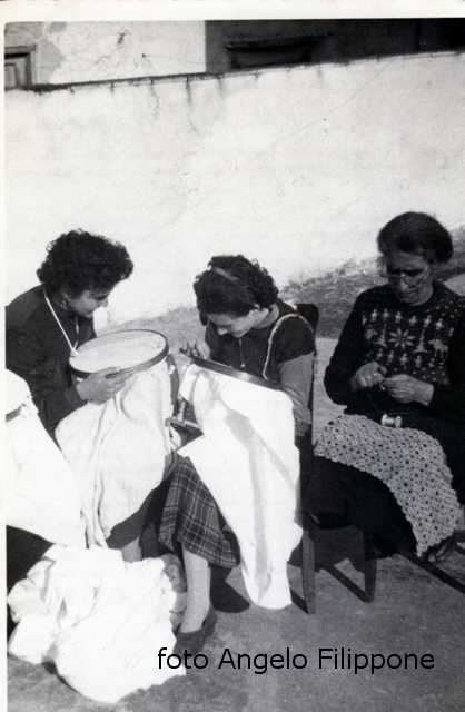 Ustica, Centro di Cultura Popolare - corso di ricamo 1955