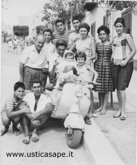Ustica, foto ricordo con vespa 1960