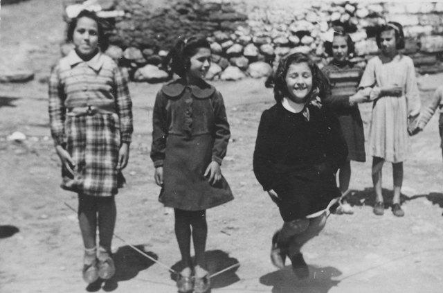 Ustica, compagne di scuola aprile 1954 - salto con la corda