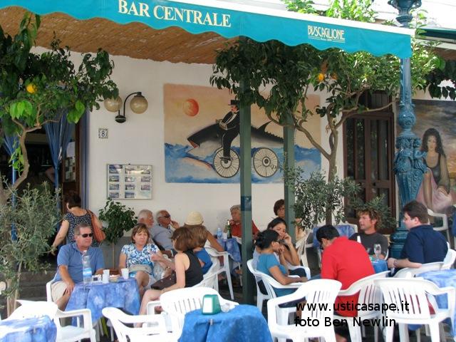 Ustica, un aperitivo al bar centrale
