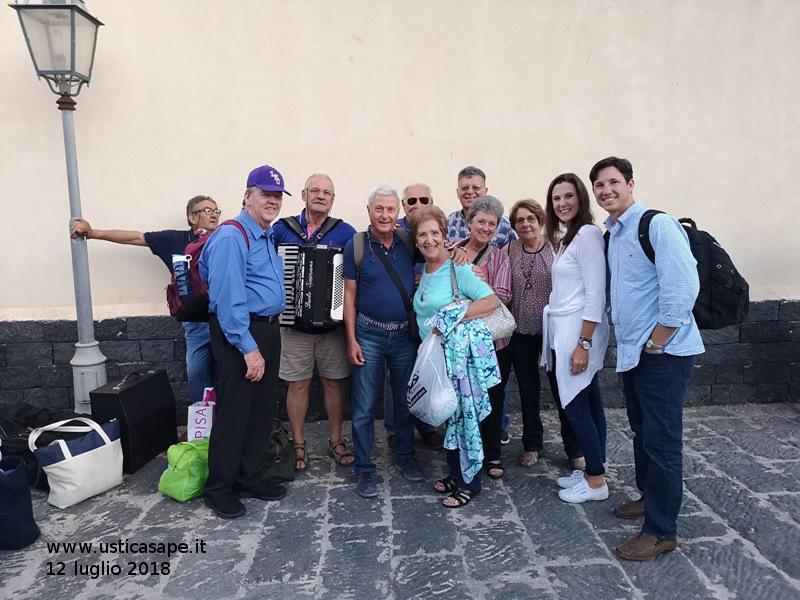 Italo americani arrivati ad Ustica e accolti dalle musiche di un tempo suonate con fisarmonica da G. Martucci