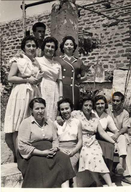 Ustica, foto ricordo al villino Salvatore Caserta