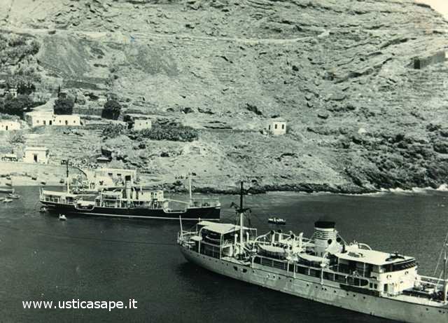 Ustica, due navi nel porticciolo