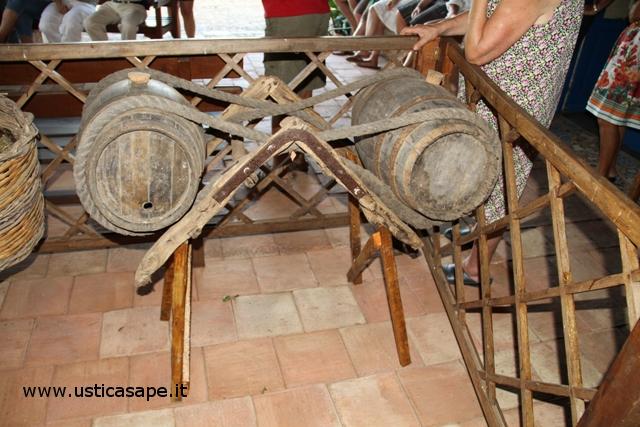"""Ustica, mostra attrezzi del contadino - barili legati alla """"varda"""""""