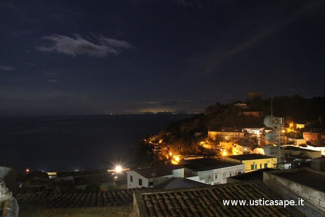 Ustica, paese di notte con vista montagne Palermo