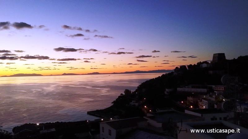 Ustica, tramonto con vista montagne Sicilia
